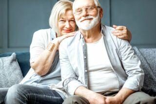 https://www.falcimmo.de/assets/images/0/senioren-sitzen-gemeinsam-.auf-sofa-86518dd9.jpg